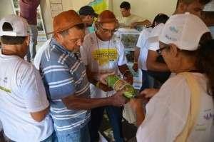 """Em Massaranduba, """"Seu Loro""""como é conhecido, troca informações com Agricultores Experimentadores do Semiárido sobre sistema de manejo e na criação de mudas. Foto: Wilson Dias/ABr"""