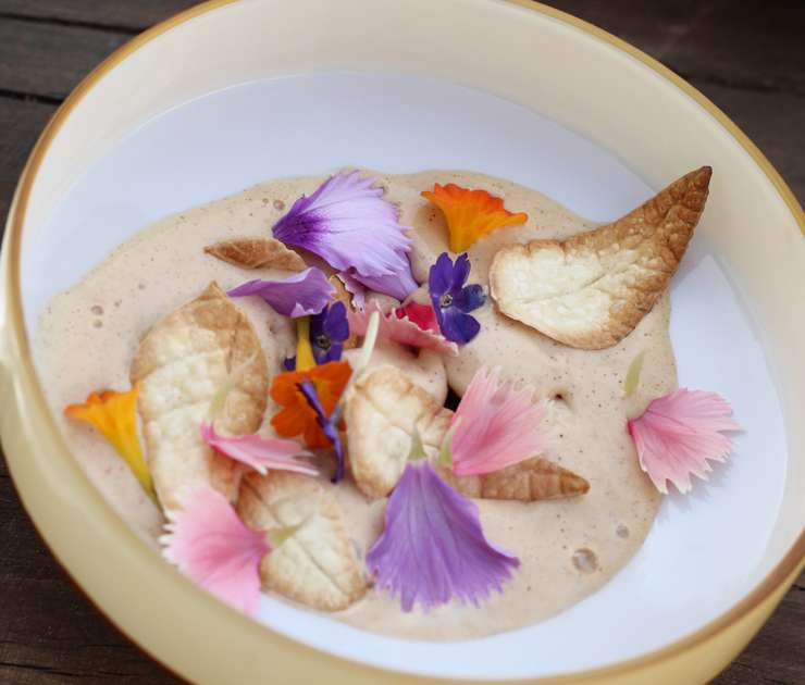 Sorvete de flores e caramelo com folhas de biscoito crocante salgado do menu Mensageiro das Estrelas, de Gabriel Vidolin. Imagem: Site Gastrolândia