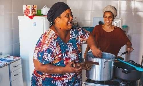 A DuLocal fornece refeições orgânicas fortalecendo pequenos agricultores e cozinheiras da periferia
